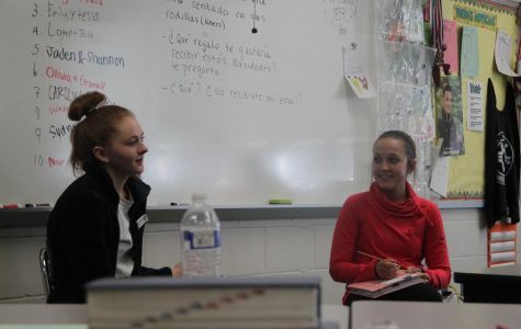 Juniors Emily Sander and Tessa Sutfin debate about tourism in Spanish.