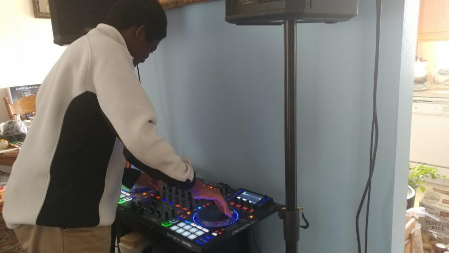 Sophomore+Jordan+Bakar+playing+his+DJ+board+for+practice+before+upcoming+gigs.+Bakar+learned+to+play+with+family+and+friends%2C+and+created+his+own+YouTube+Channel