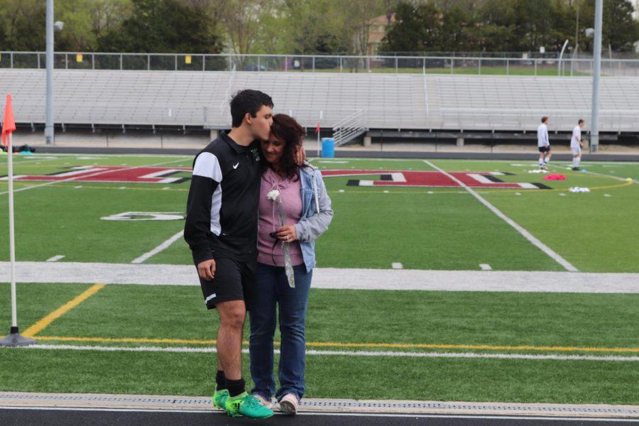 Senior+Daniel+Zapata+and+mother+Karen+Zapata