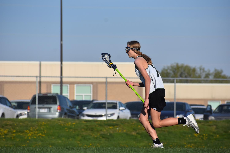 Freshman+Zayda+Seng+uses+her+quick+speed+down+the+field.