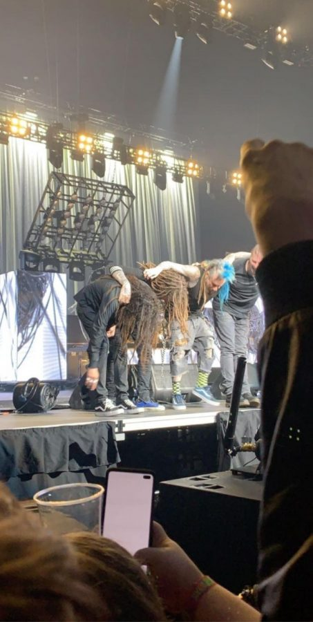 Korn+takes+a+bow+after+their+incredible+performance+in+Lincoln%2C+NE.