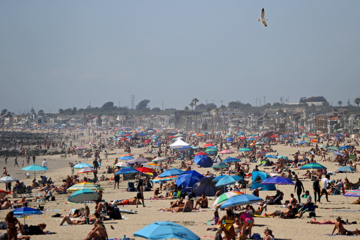 Huntington+beach+is+packed+with+vacationers%2C+April+25%2C+2020.+Not+a+single+mask+in+sight%2C+nor+was+social+distancing+considered.